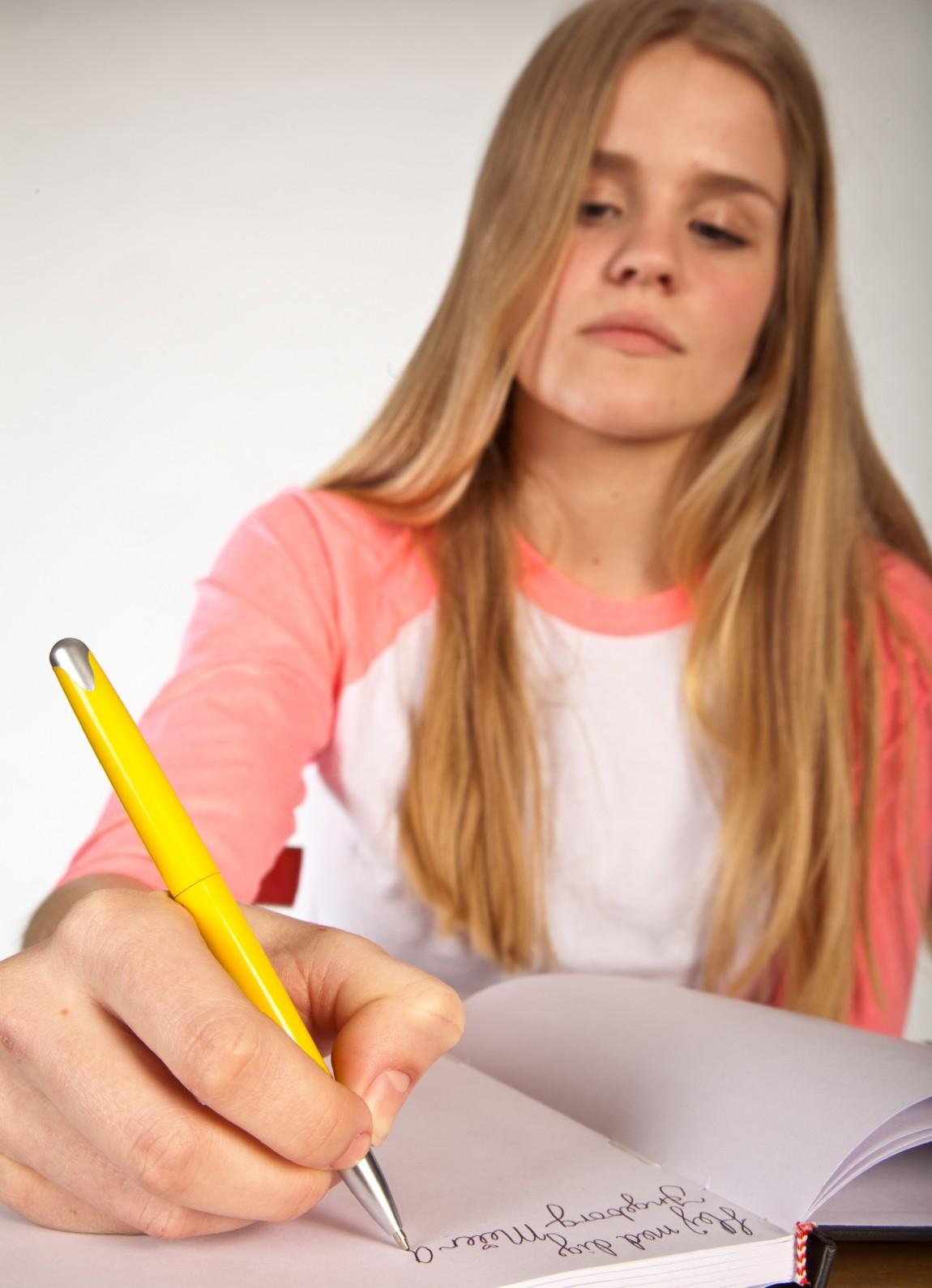 Pige der skriver