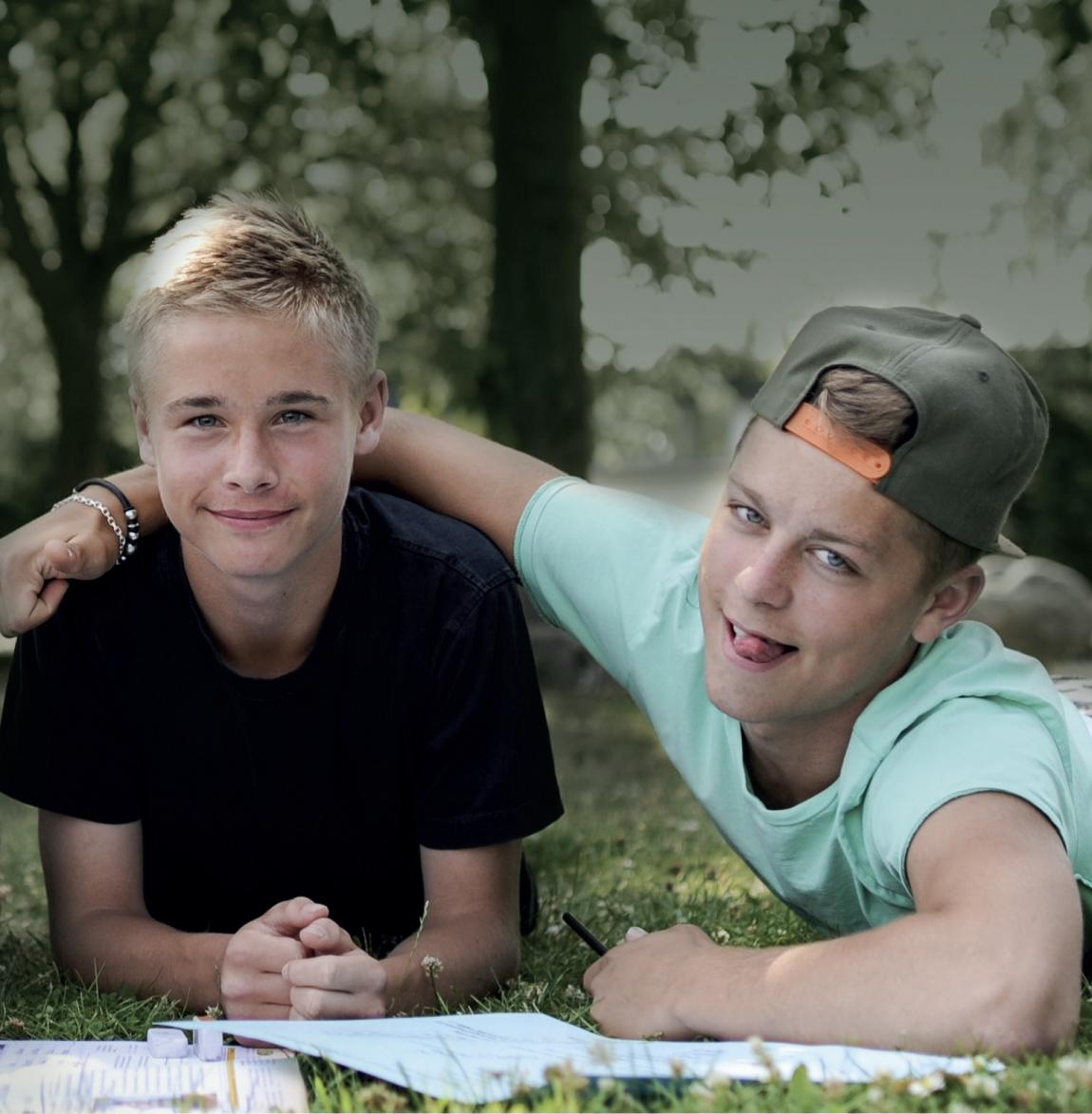 2 smilende drenge - Esbjerg Akademi