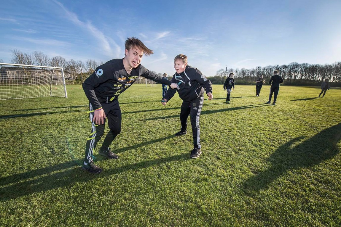 Esbjerg Akademi udendørs to drenge