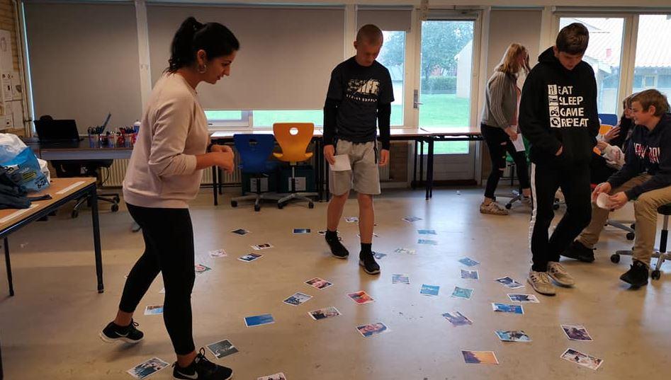 Elever har aktivitet i klasselokalet