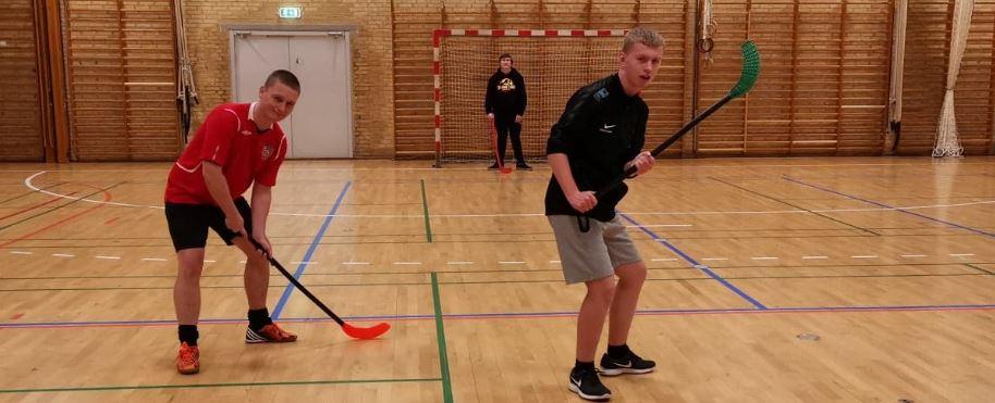 Elever spiller hockey i hallen