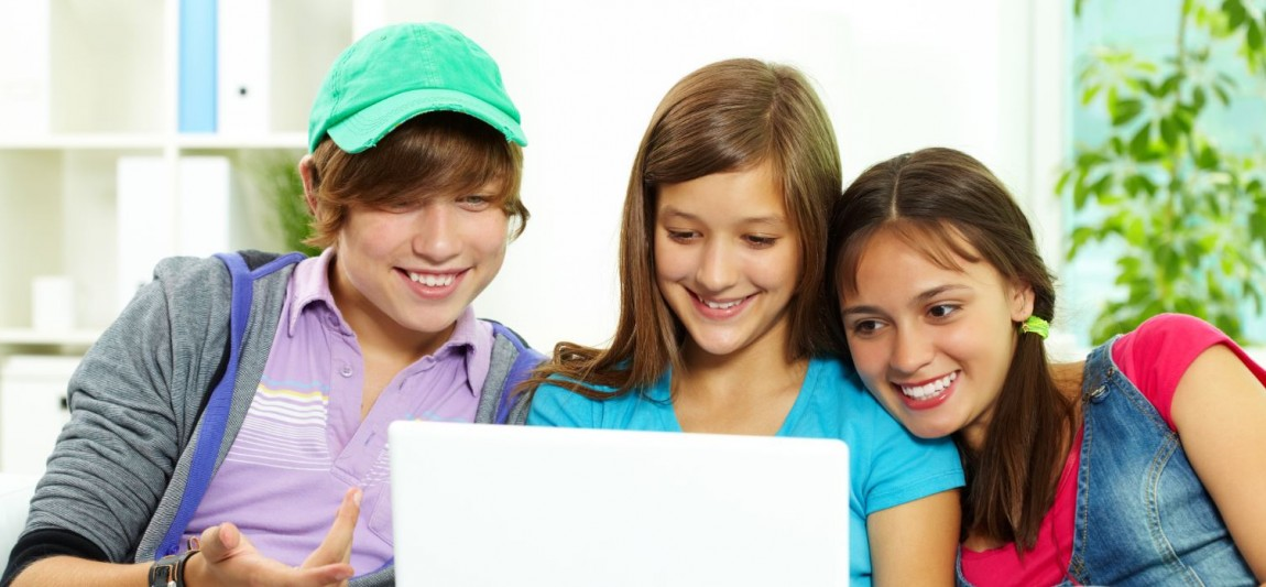 3 elever sammen om en bærbar computer
