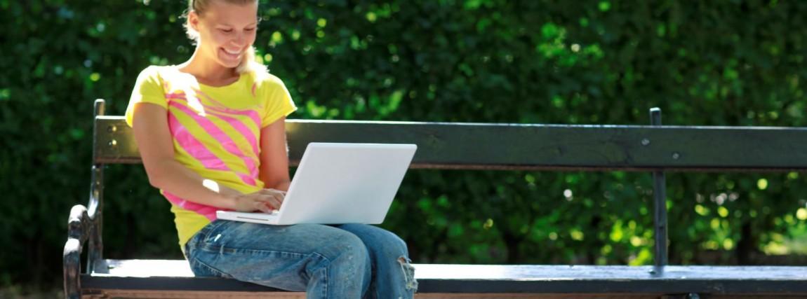 Pige med bærbar computer