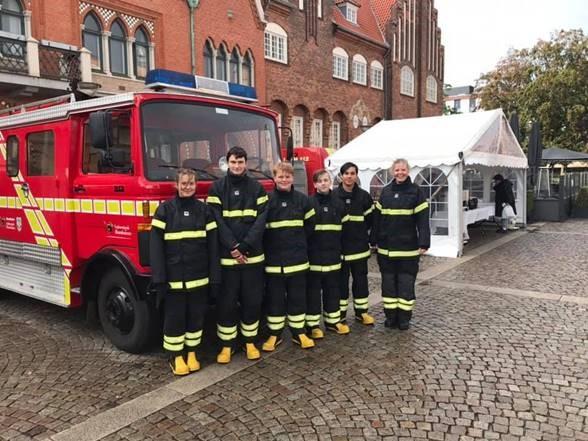 Brandkadetter foran brandbil