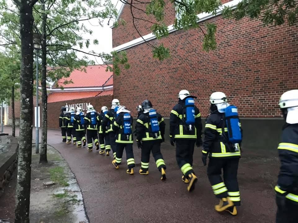 Brandkadetter i en lang række i fuld udstyr